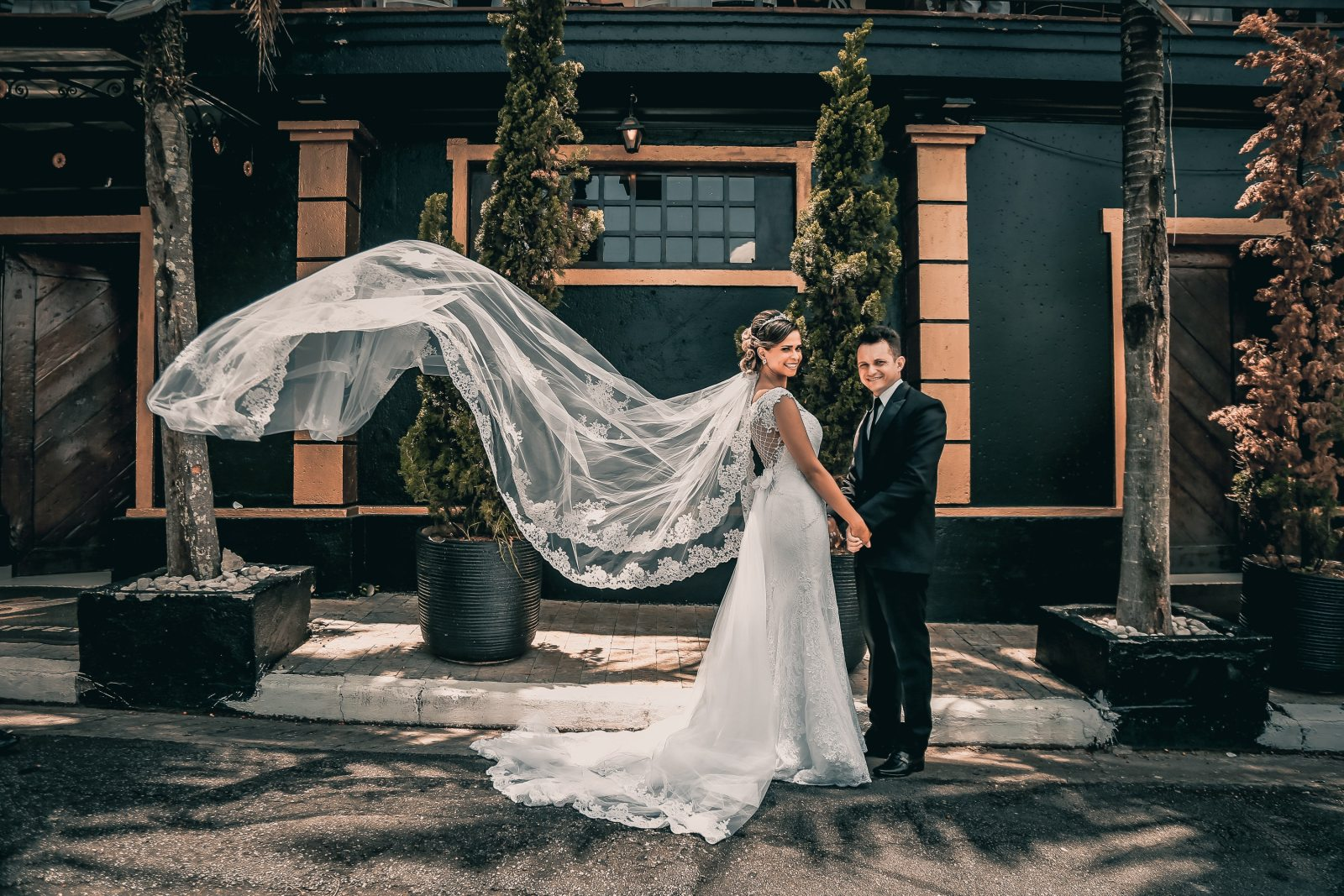 The big day is approaching and you want the ideal veil. To help you out, here are 10 wedding veils so pretty that they will bring tears to your eyes.