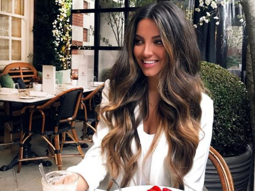 We all love bouncy, gorgeous curls. However, we don't like heat damage. Put down your curler and try out these 10 different ways to do heatless curls.