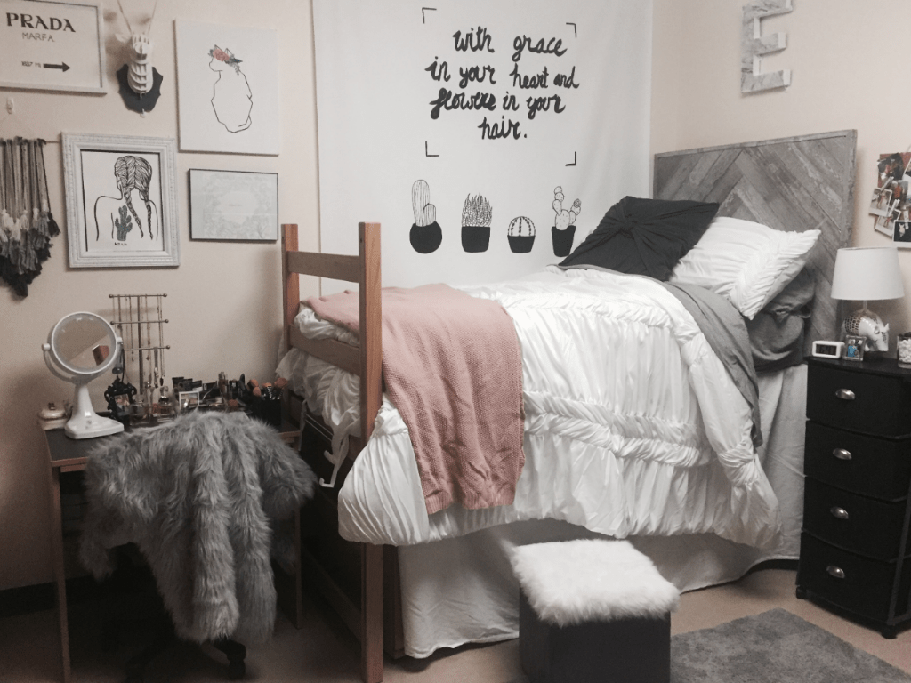 Have you ever wondered how to style your dorm room decor on a budget? Here are 10 affordable ways to jazz up your dorm room into a study oasis!