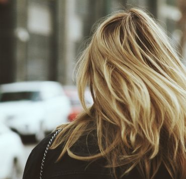 As exciting as humid climates are, they can be a disaster for your hair! So, here are 8 easy ways to prevent frizzy hair in a humid climate!