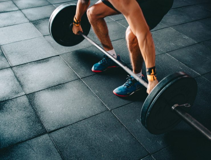 Hitting the gym consistently but not seeing the results? Maybe you're doing one of these mistakes while lifting weights! Check them out!