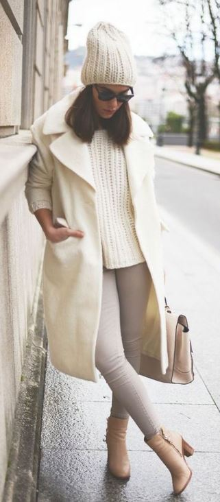 This all white outfit is so perfect for winter with the long wool coat and white beanie