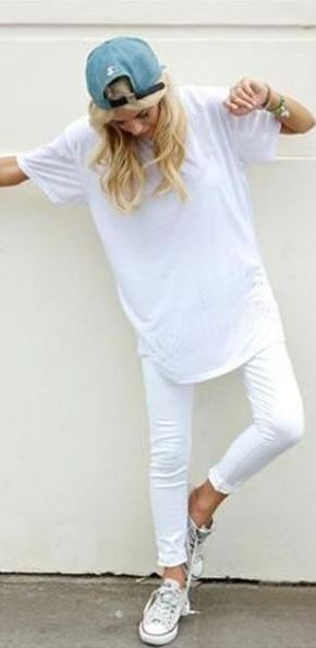 Pair an over sized tee with skinny jeans and a baseball cap for a comfy fall outfit!