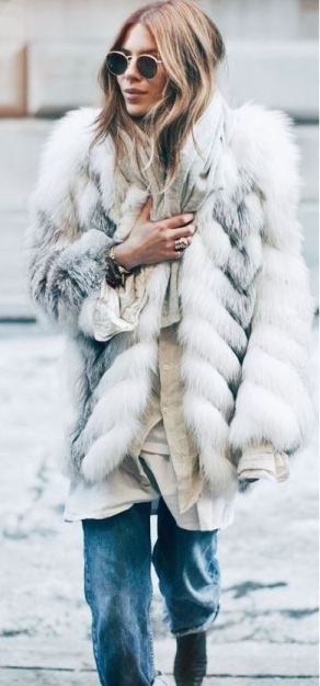 This white and grey oversized fur coat is so cute with these round sunglasses