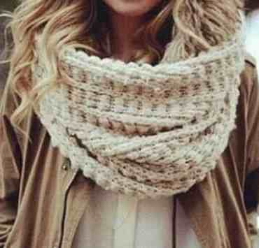 There are so many ways to wear a blanket scarf! Whether you prefer to twist it, tie it or loop it, this guide will show you how to wear a blanket scarf.