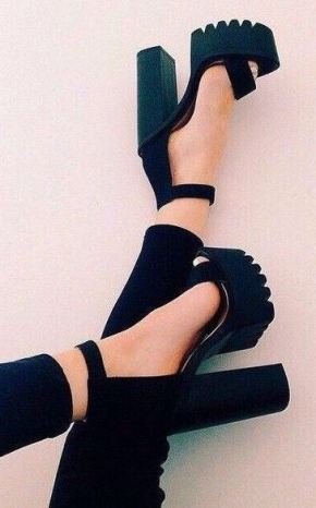 Platform shoes are an amazing 90s fashion trend