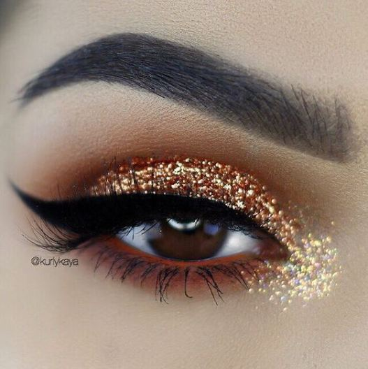 Glitter eyes are among the top makeup trends for 2017!