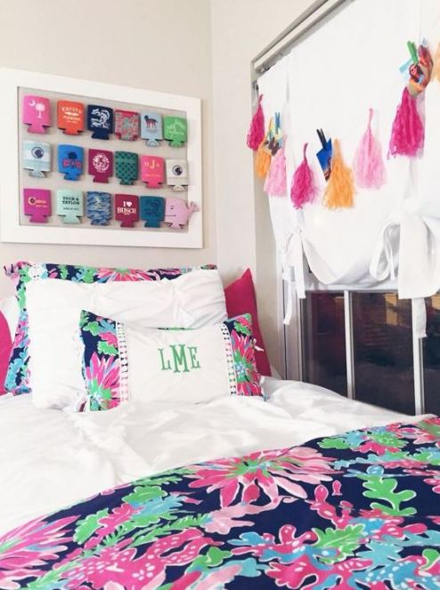 Florals are super cute in preppy dorm rooms!