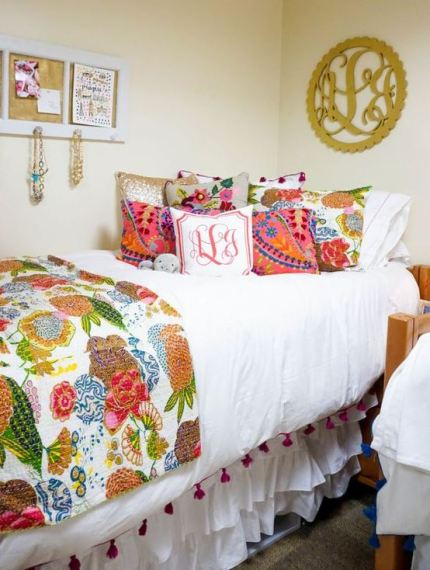 Patterned bedding looks super cute in preppy dorm rooms!