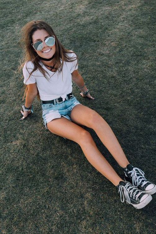 Here's how to recreate this simple music festival concert outfit!