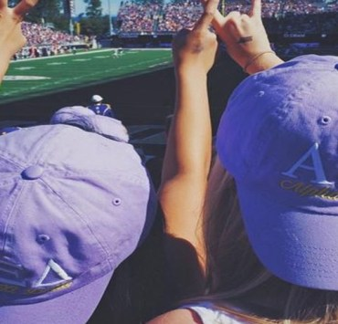 Forget about picking which one you'll actually attend for the next 4 years! Here are my top 5 reasons why I chose to go to University of Washington.