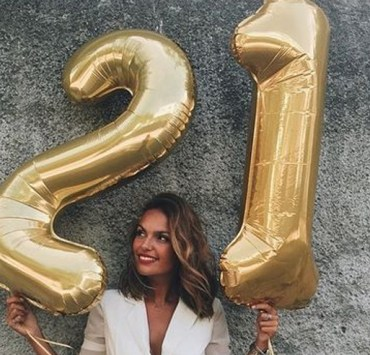 Looking for the best birthday gifts 21 year olds will love?! Well, look no further.These are the top 21st birthday gifts for her 21st birthday!