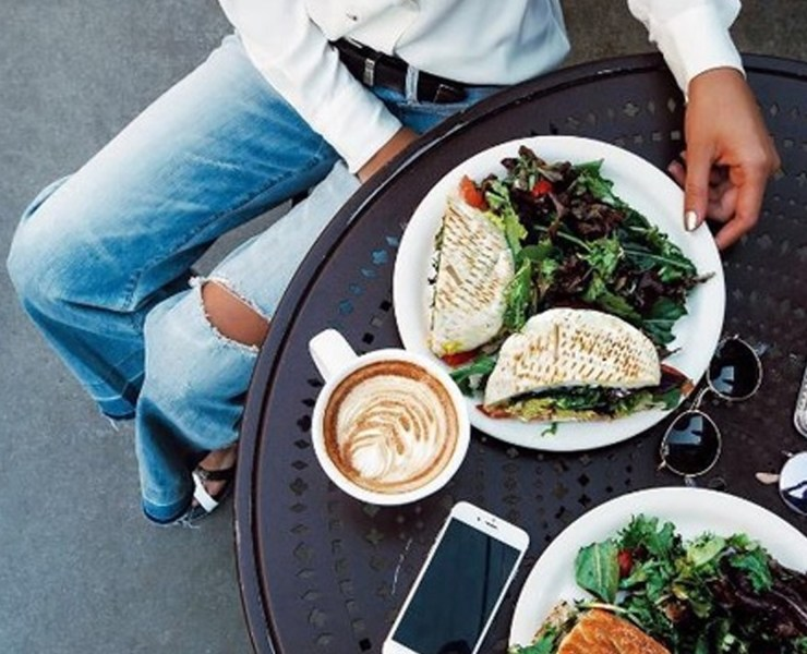 California is a place full of so much diversity, which in turn brings a myriad of foods to the state as well. Santa Monica is no exception; however, this city has a specialty for delicious food that is also healthy! Here are 10 mouthwatering places to eat in Santa Monica, CA if you travel here.