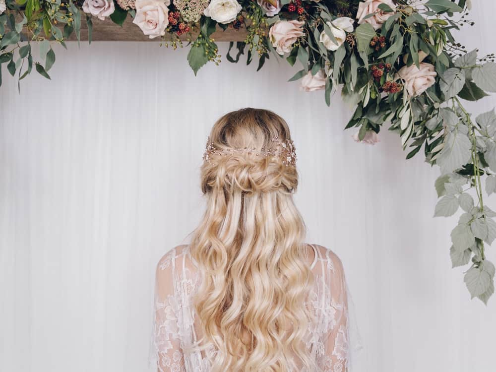 Are you looking for bohemian hair styles to rock this upcoming summer season? Loose waves and half up do's look effortless and dainty for a girly vibe. Whether you decide on throwing in a flower crown or not, these hairstyles are to die for.