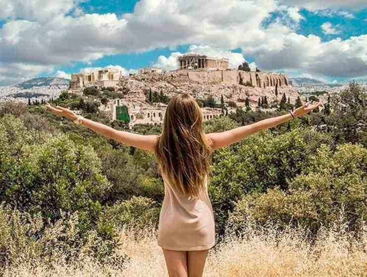 Coming from Greece, I can guarantee that it is a very beautiful country with the characteristic of combining sea, mountain, sun and snow all in a very photogenic way! Here are just 10 of my favorite places to visit in Athens, Greece.