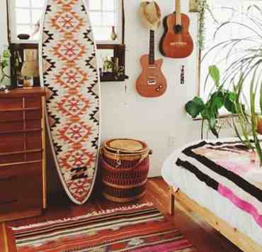 Are you heading off to college in the fall and are already planning how to decorate your dorm? Beach themed dorm room decor adds color with neutrals while keeping those summer vibes going strong when you head back to campus. Take a look at my picks for dorm room decor inspiration for the surfer at heart.