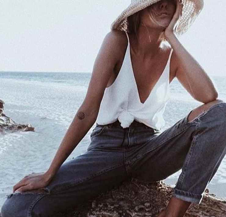 A good pair of jeans are not always easy to come by. From skinny jeans to boyfriend jeans to flares, there are a lot of options. What ever your taste may be, we have selected the best ways to style your pair of jeans!