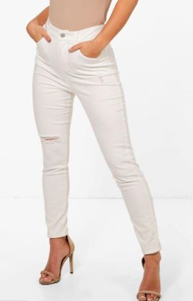 If you're wondering what to wear with white jeans on a night out, this is one of our favorite looks!