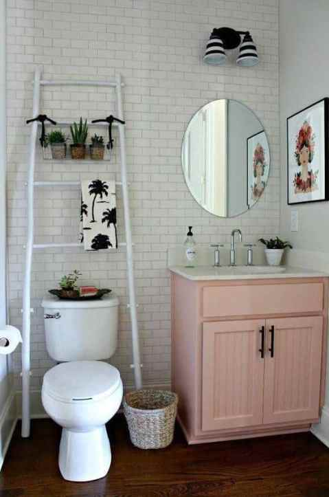 Small bathroom decorating ideas perfect for a girl on a budget.