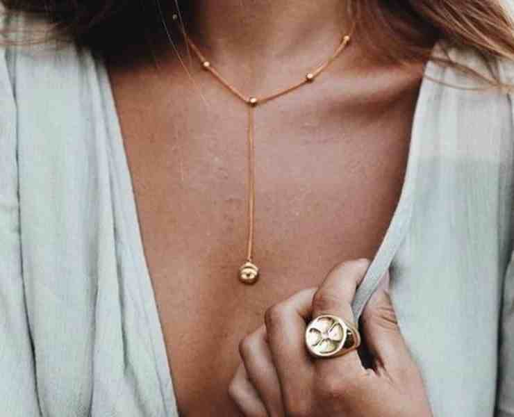 Dainty jewelry is one of the best styles for a minmalist. Whether it be necklaces, rings, earrings, or bracelets these delicate pieces are the best!