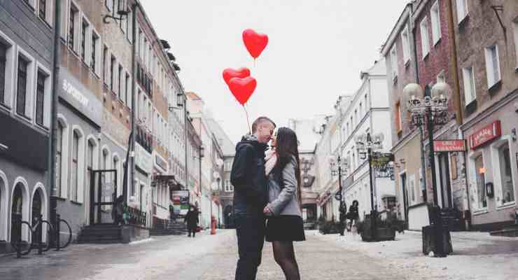 Dating in 2018 comes with a lot of pros and cons with the rise of online dating and apps like Tinder. Here are just some of them!