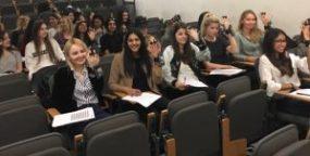 Estudiantes de Marketing con brazaletes
