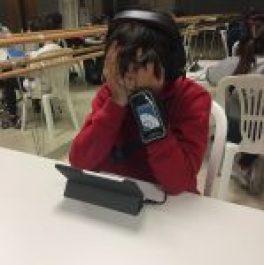 Niño concentrado durante el estudio