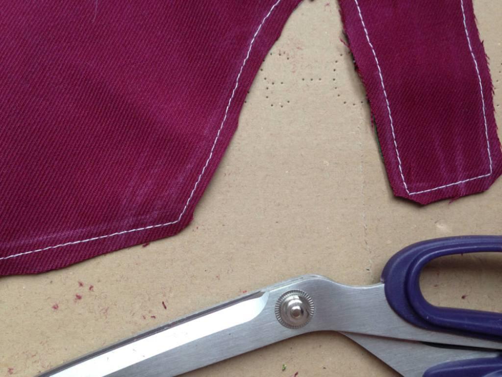 Stoff diagonal abschneiden für saubere Ecken  Anleitung: Nikolausstiefel nähen