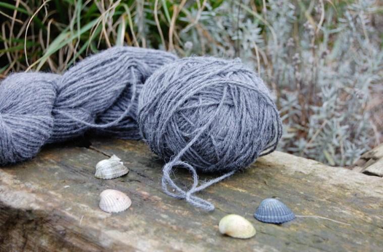 knäuel wickeln Wolle vom Strang zum Knäuel wickeln