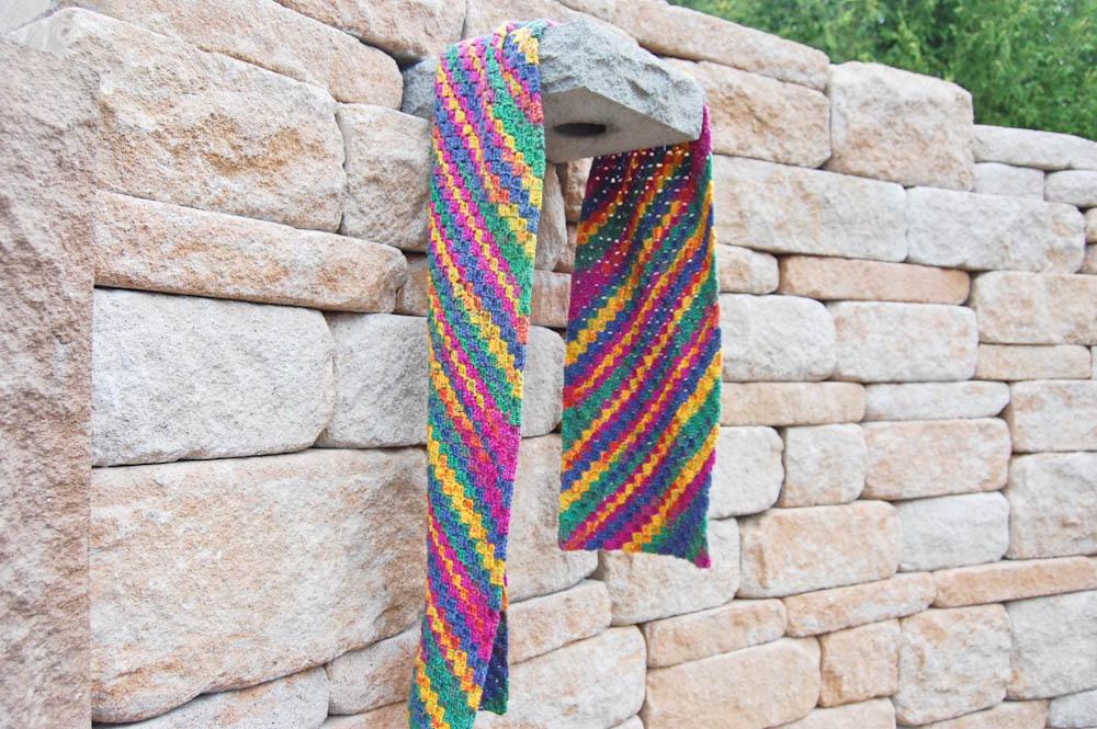 Ecke-zu-Ecke-häkeln Schal in ganzer Länge  Anleitung: Schal im Muster Von Ecke zu Ecke häkeln