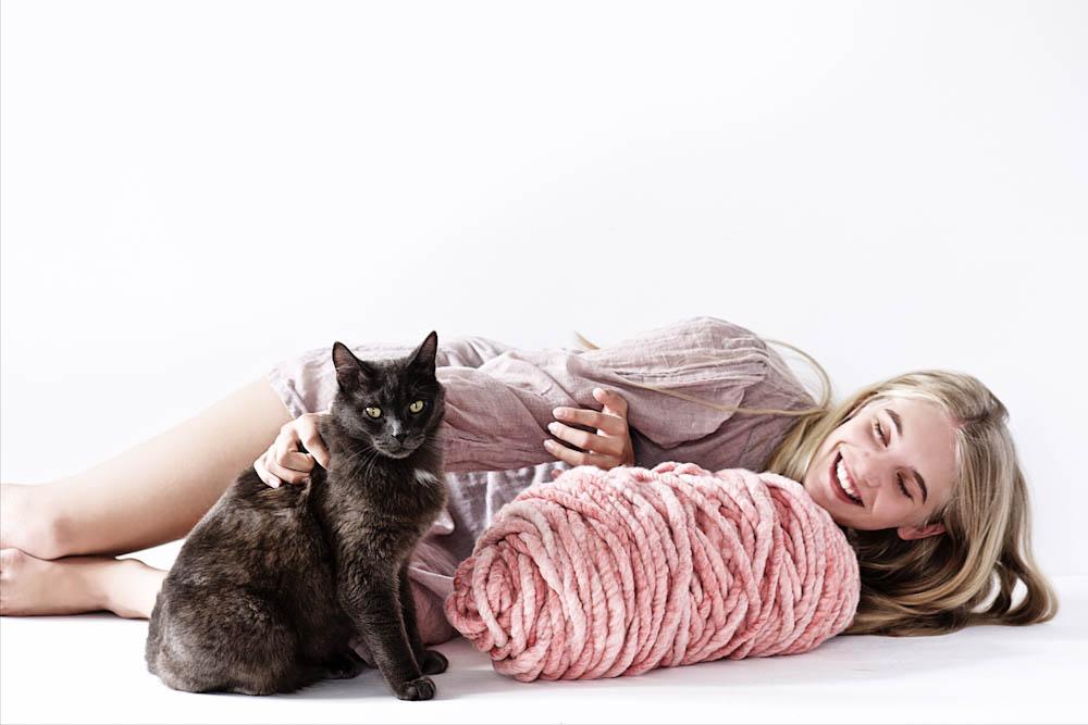 Lebenslustiger - Tochter mit Katze  Anette vom Blog Lebenslustiger im Interview