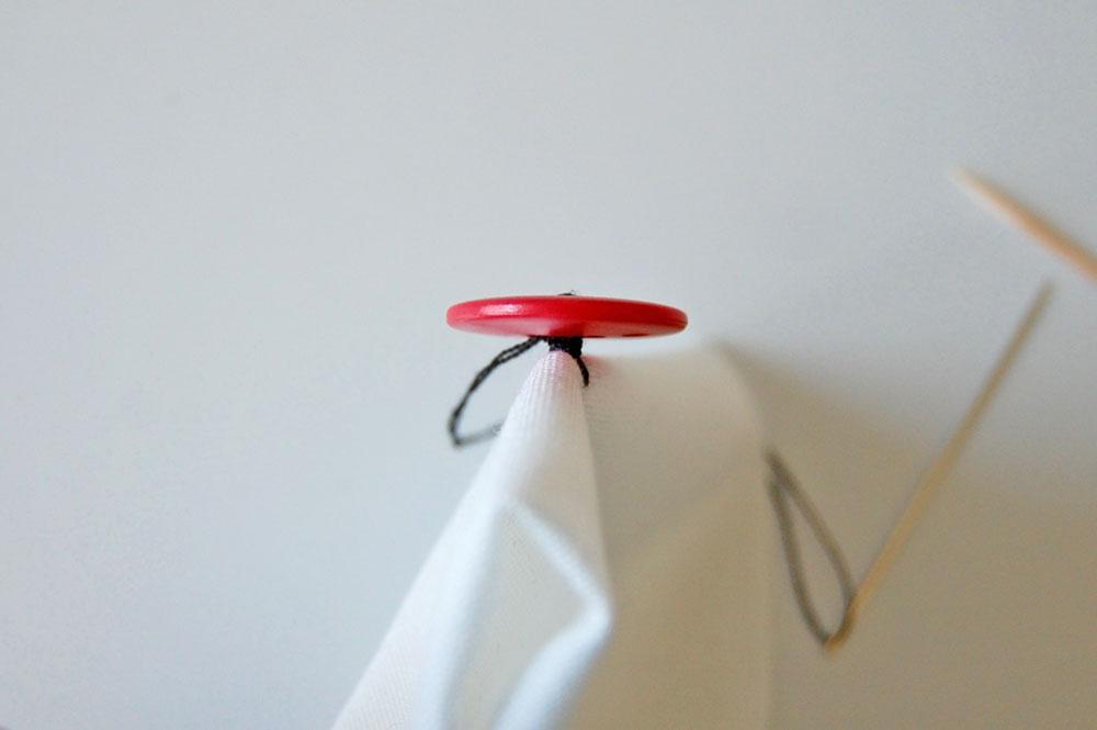 Knopf annähen - Faden umwickeln knopf annähen Zugeknöpft - Knopf annähen - So einfach geht es.