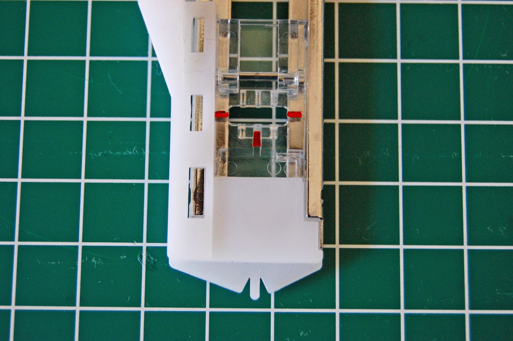 Knopfloch nähen - Hilfslinien auf Nähfuß knopfloch nähen Zugeknöpft - Knopfloch nähen