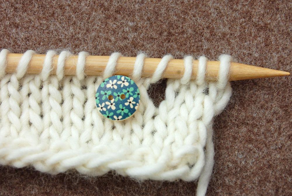 Knopflöcher stricken - kleine Knöpfe knopflöcher stricken Stricktipp: Knopflöcher stricken