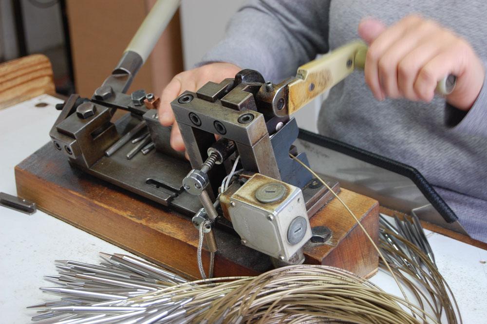Werksbesichtigung bei addi - Nacharbeitung von Hand werksbesichtigung bei addi Werksbesichtigung bei addi: Qualitätsnadeln - Made in Germany