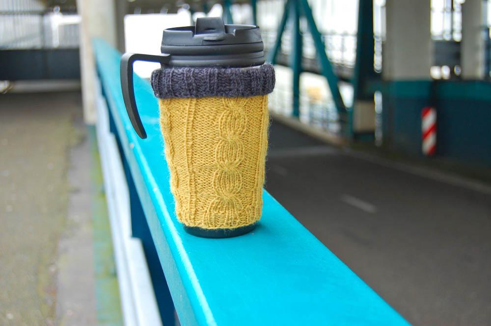 Geschenke stricken - Hülle für Kaffeebecher  13 wunderschöne Geschenke stricken - mit kostenlosen Anleitungen