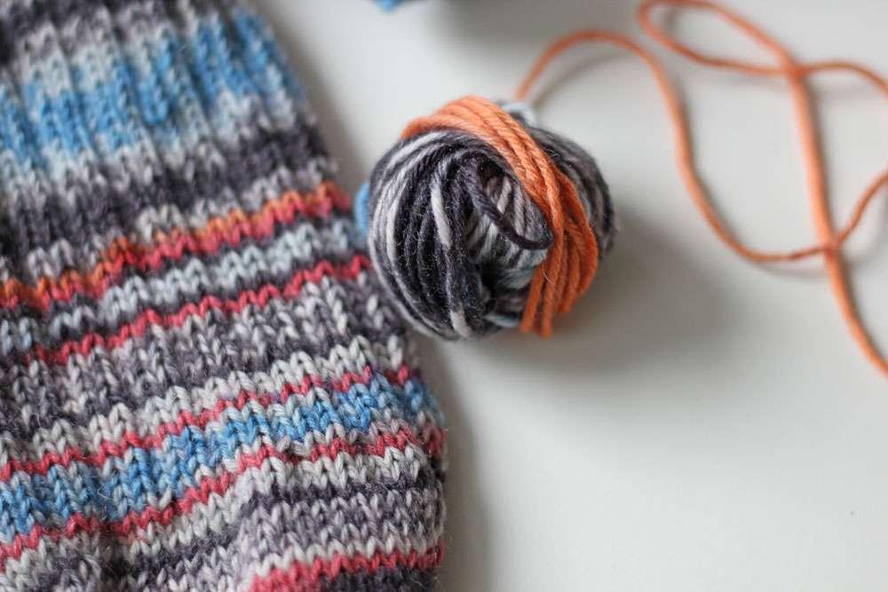 Zwei identische Socken stricken - Wolle abwickeln identische socken stricken Zwei identische Socken stricken - So funktioniert es