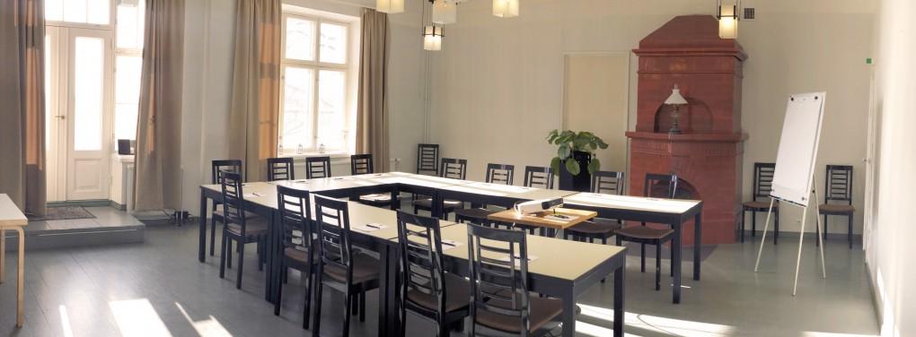 Ryhmätyötiloja löytyy kartanolta kymmenen. Kokoustilat muotoutuvat workshop, suunnittelukokous tai valmennuksiin.