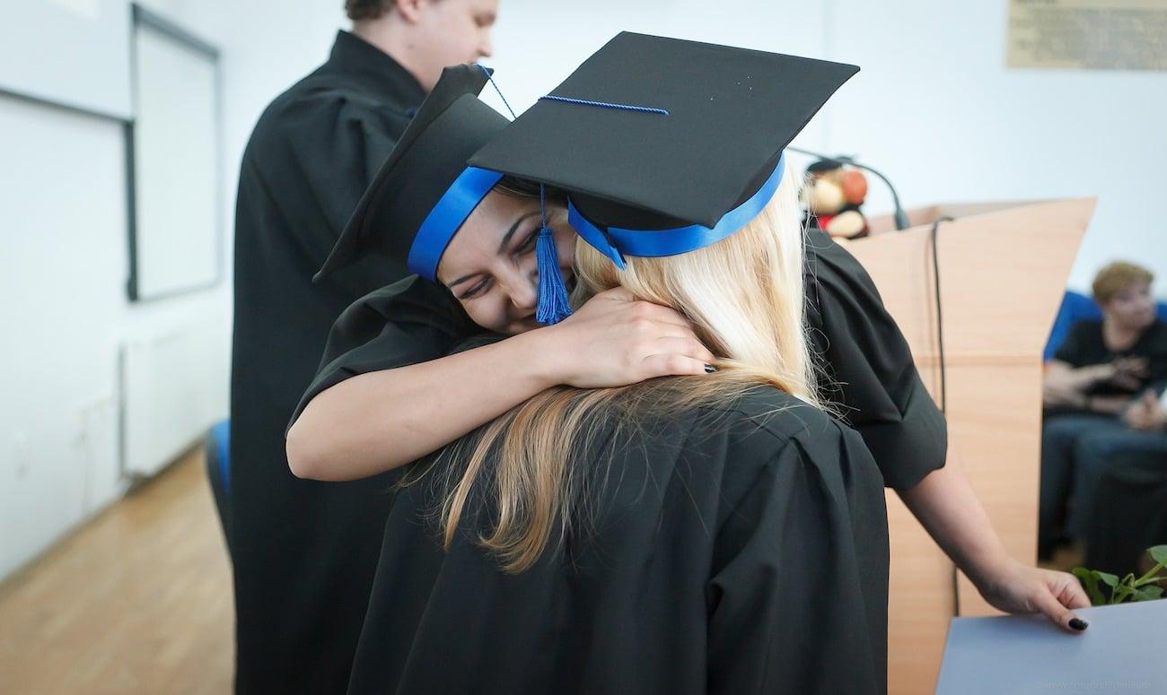 Umarmung nach Bachelor-Abschluss