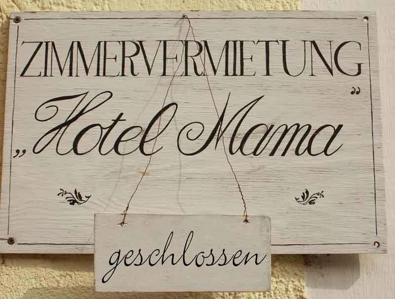 "Schild Zimmervermietung ""Hotel Mama"" geschlossen"