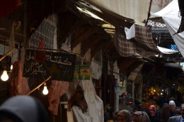 Der Kamelkopf ist ein Zeichen dafür, dass es bei diesem Händler Kamelfleisch gibt.