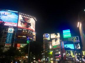 Shibuya Crossing, scheinbar die fußgängerverkehrreichste Kreuzung der Welt