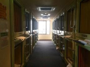 Der ganze Raum ist zweistöckig mit Kapseln gefüllt.