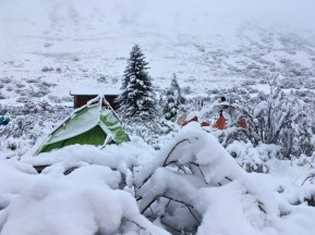 Überraschung am Morgen - der Blick aus dem Zelt auf Zhigu Mountain