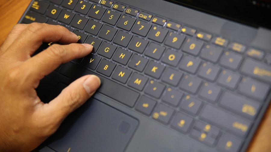 極度輕薄!ASUS ZenBook 3 UX390UA(皇家藍)開箱評測 IMG_5712