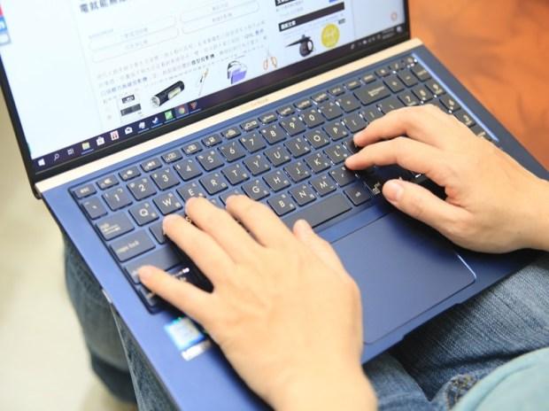美‧力無邊ASUS ZenBook 15 UX533FD 開箱,全球最小15.6 吋筆電,電池續航力長達 16 小時! IMG_9223
