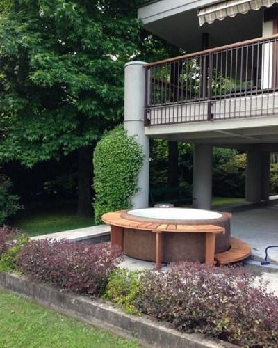 Le Spa Softub installé à l'extérieur en dessous d'un balcon