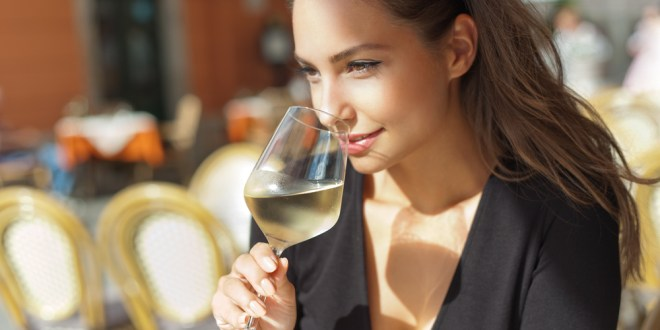 For white middle class, moderate drinking is linked to cognitive health in old age | ScienceDaily