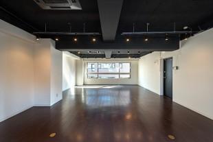 八丁堀3分。天井黒塗装のシックな居抜きオフィス。