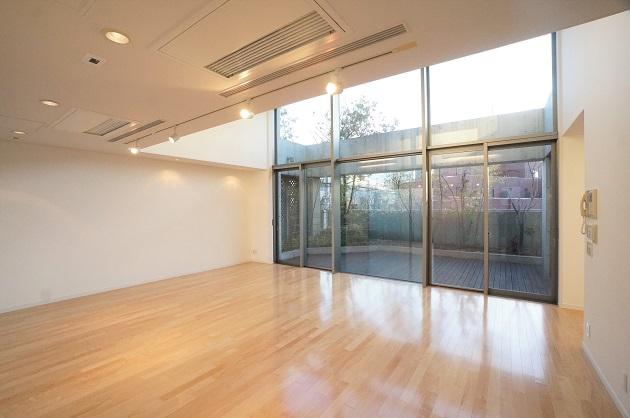 表参道3分。大きな窓からウッドテラスを望む、ハイスペックSOHO。<p>[港区/95万/93㎡]